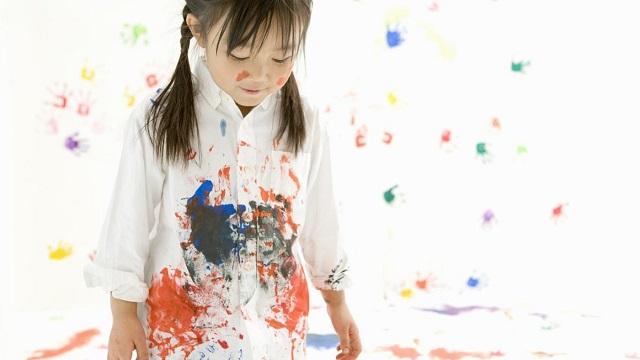 Làm sao để tẩy các vết sơn khô trên áo quần?