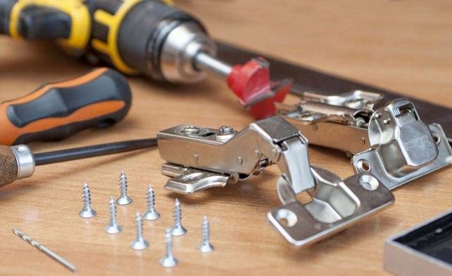 Cần chuẩn bị đầy đủ dụng cụ trước khi sửa bản lề