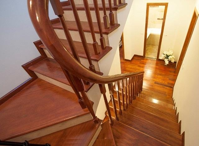 Cầu thang làm từ gỗ Lim